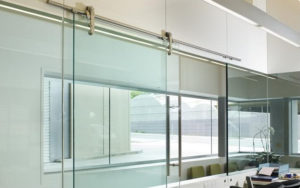 Разновидности раздвижных конструкций из стекла