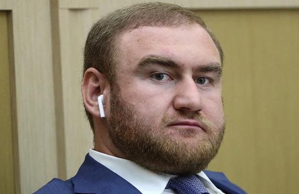 Сенатор Арашуков пожаловался наотсутствие горячей воды вкамере