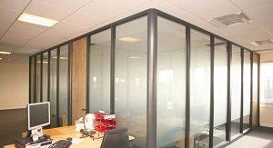 Установка стеклянных перегородок в современных офисах