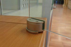 Держатели для стекла и зеркал для бытового и коммерческого применения