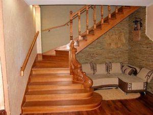 Преимущества лестниц из дуба для загородного дома