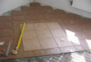 Как положить плитку на пол в квартире