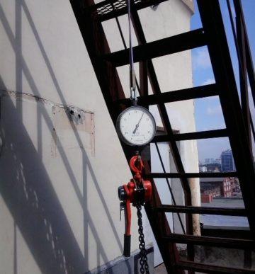 Испытание пожарных лестниц и ограждений кровли: требования и СНиП для металлических конструкций(фото и видео)