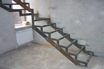 Сварка лестницы для дома из профильной трубы и уголка с металлическими и деревянными ступеньками