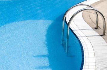 Как выбрать лестницу для бассейна: виды, особенности, установка