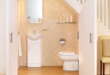 Туалет под лестницей: размеры санузла под лестницей на второй этаж и проекты размещения под ней, варианты для деревянного дома