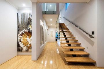 Лестница в частном доме на второй этаж