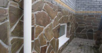 Отделка цоколя дома: натуральным камнем (плитняком и колотым), булыжником, панелями ПВХ (цокольным сайдингом)