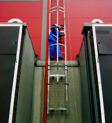 Высота пожарной лестницы от земли: нормы и требования по СНИП и ГОСТ