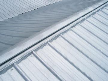 Чем покрасить оцинкованную крышу дома: выбор краски по цинку