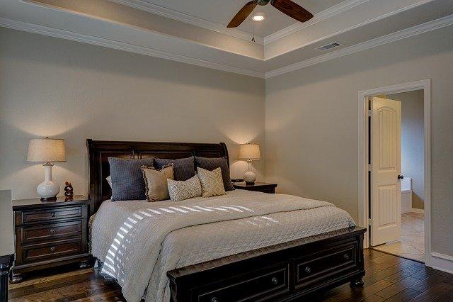 Как расположить кровать в спальне правильно?