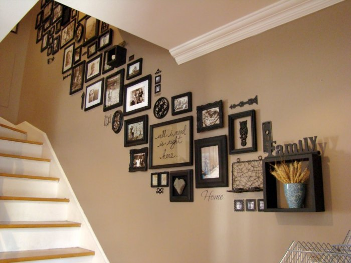оформление стены фоторамками над лестницей